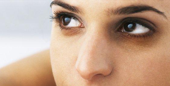 貼士:最好早晚敷一次。 柿子以熟透為佳。 早上起床眼睛浮腫的時候最適合用這個方法了,讓你能美美的出門哦。 十、馬鈴薯片敷眼 作法:刮馬鈴薯皮,然後清洗,切厚片約2厘米。 躺臥,將馬鈴薯片敷在眼上,等約5分鐘,再用清水洗凈。 貼士:夜晚敷,更有助消除眼睛疲累。 馬鈴薯以大個的為佳,因為覆蓋面較大。 有牙的馬鈴薯不要用,因為有毒。 十一、銀耳眼膜 作法:將銀耳煮成濃汁,放入冰箱冰鎮。 每日一次,每次取3-5滴塗於眼角、眼周。 作用:潤白去皺、增強皮膚彈性。 十二、絲瓜眼膜 作法:取未成熟的絲瓜去皮、去子,搗成